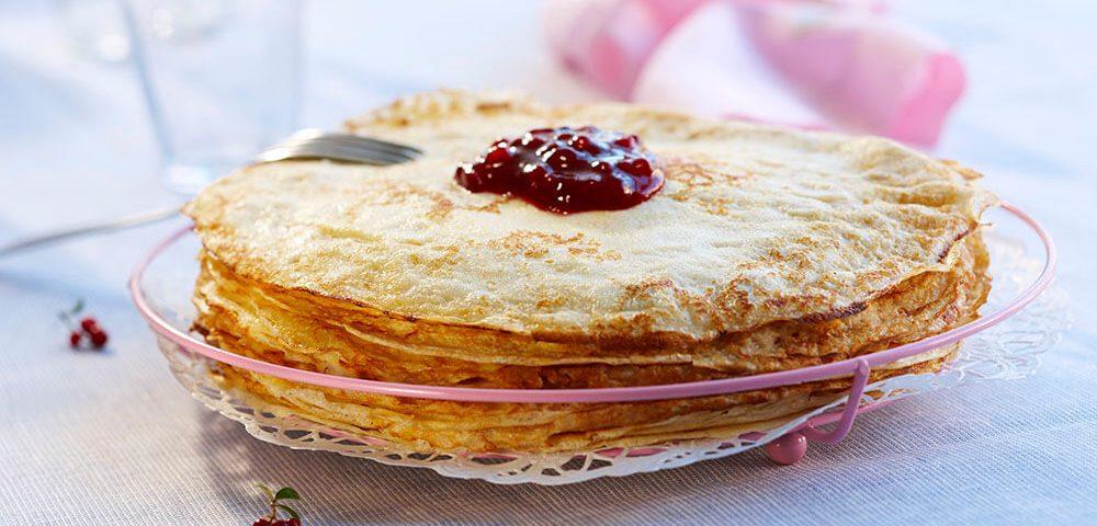 スウェディッシュ・パンケーキ リンゴンベリージャムとブルーベリー添え